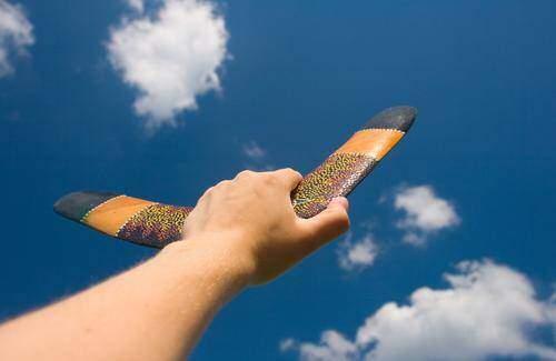 Boomerang in Ihrer Hand mit Gescheites scheitern